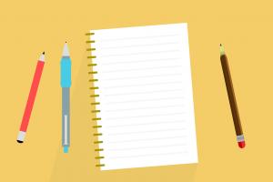 Blanco schrift met pen en potloden