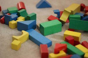 Houten bouwblokken in verschillende kleuren