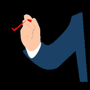Hand met rode stift vinkt eerste vakje van een lijst aan