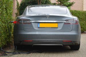 Elektrische auto aan oplaadpunt