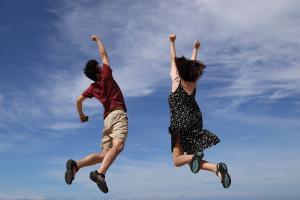 twee kinderen springen omhoog