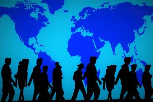 silhouetten van mensen op een wereldkaart