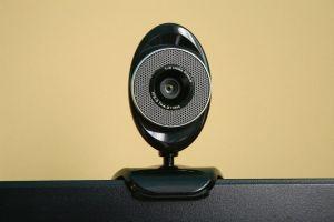 Een externe webcam bovenop een computerscherm.