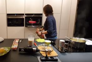 mevrouw in keuken die oven open doet