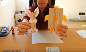 screenshot video: voorbeeld van geknutselde paashaas en paaskuiken uit ijsstokjes