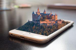 Smartphone met maquette van een stad.
