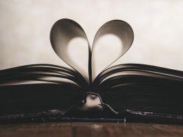 boek waarvan blaadjes in een hartje zijn geplooid