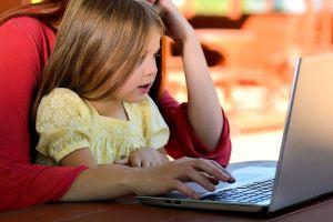 meisje achter laptop