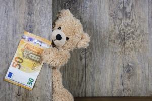 teddybeer heeft een briefje van 50 euro vast