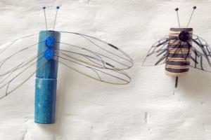twee geknutselde insecten