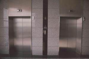 Ingang van twee liften