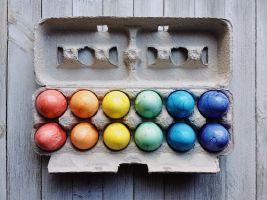 eierdoos met gekleurde eieren