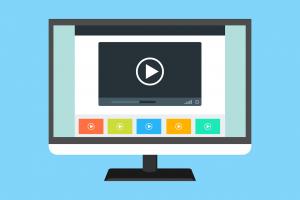 Een laptop met een video op het scherm.