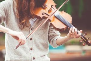 persoon speelt viool