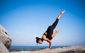 vrouw die yoga doet