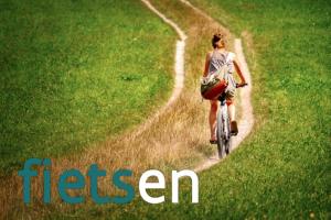 persoon fietst door de velden