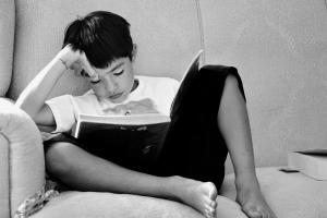 jongen leest een boek