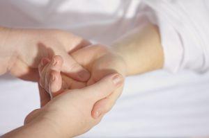 handen die elkaar vasthouden
