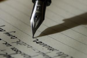 vulpen schrijft op een lijntjesblad