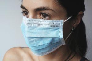 vrouw met een mondmasker