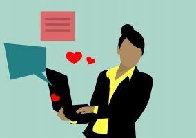 vrouw met laptop vast