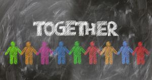 Together met mensenketting op krijtbord.