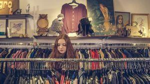 vrouw in winkel