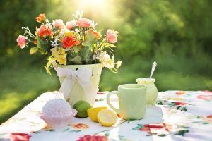 vaas met bloemen op een tafel
