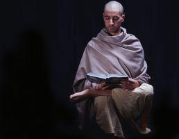 monnik kijkt in een boek