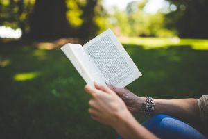 handen houden een boek vast