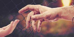 handen die elkaar proberen vast te nemen