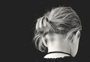 achterkant van meisje + zwarte achtergrond