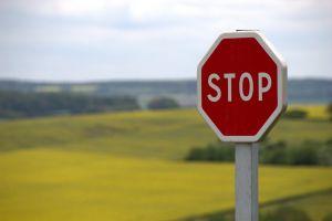 STOP-bord, op de achtergrond zie je velden
