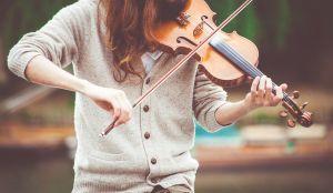 iemand speelt viool