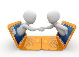 Twee mannetjes komen uit een laptopscherm om elkaar de hand te schudden.