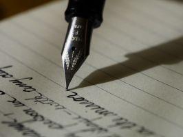 pen schrijft zinnen op papier