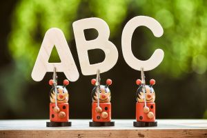 lieveheersbeestjes houden de letters ABC vast