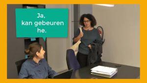 Collega's praten met elkaar op kantoor
