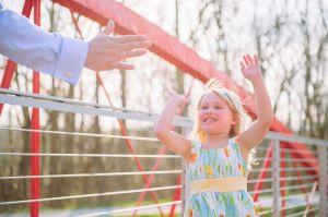 kind geeft een high five