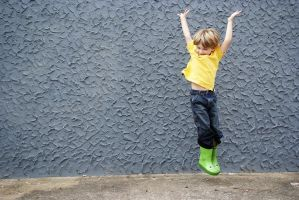 jongen springt omhoog