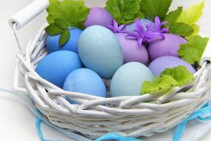 mandje met blauwe en paarse eieren