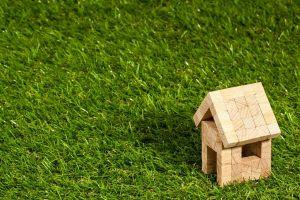 huisje in hout op gras