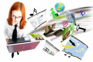 Een leerkracht met allerlei digitale materialen rondom haar.