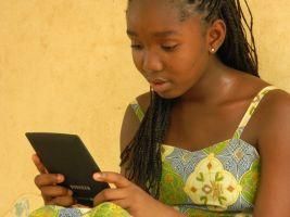 meisje leest op tablet