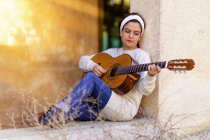 meisje dat gitaar speelt
