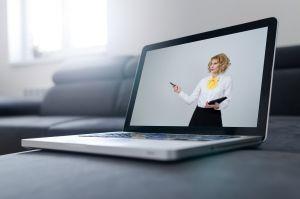 Laptop met persoon op het scherm