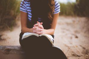 Meisje is aan het bidden