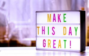 lichtbak met de slogan: make this day great