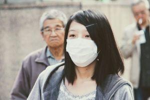 jonge vrouw met mondmasker