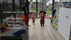 Screenshot video met meester Bart en twee kleutertjes in piratenkledij